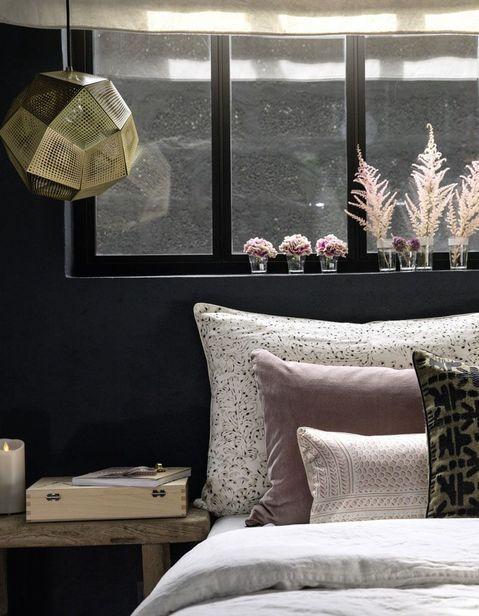 دسته گل های کوچک در اتاق خواب